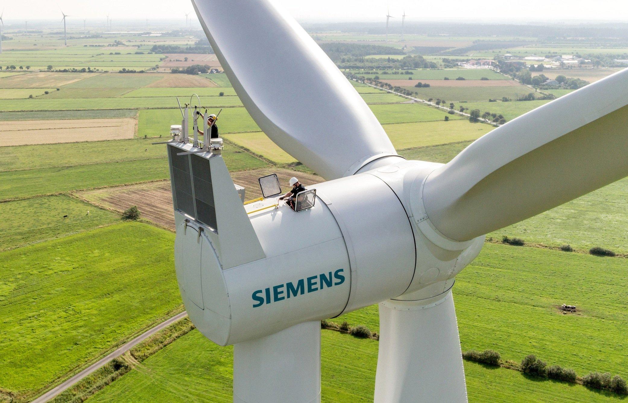 Siemens steigt gemeinsam mitGamesa, dem größten spanischen Windturbinenhersteller, zur weltweiten Nr. 1 auf: Im Bild zu sehen ist einegetriebelose Siemens-Anlagen im Onshore-Windkraftwerk Clyde in Schottland.
