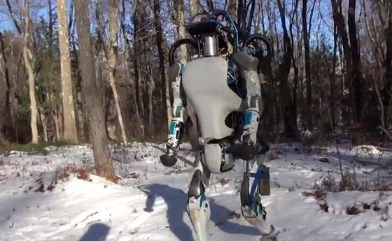 Über Stock und Stein: Roboter Atlas lässt sich bei seinem Schneespaziergang durch den Wald nicht aus dem Gleichgewicht bringen.