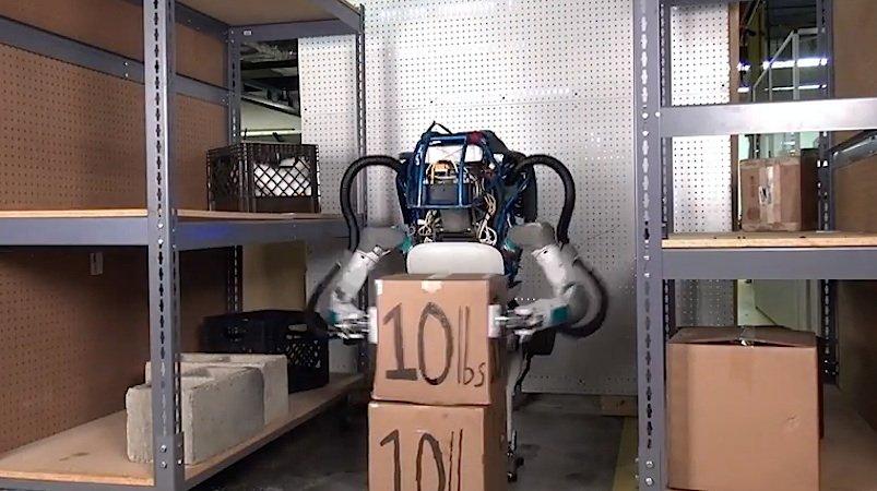 Roboter Atlas bei der Arbeit: Pakete ins Regal einräumen geht ihm leicht von der Hand.