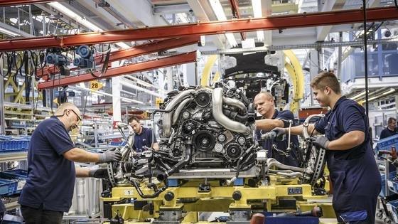 Montage des S-Klasse Coupés im Mercedes-Benz Werk Sindelfingen. Das Werk ersetzt Fließband-Roboter durch neue Arbeitskräfte, um für die steigende Zahl der Modellvarianten flexibler zu werden.