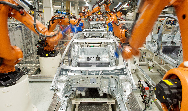 Roboter der Firma Kuka arbeiten im Februar 2013 im VW-Werk in Wolfsburg an der Produktionsstraße für den VW Golf VII.