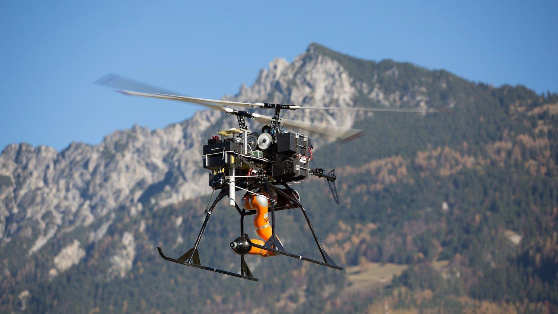 Der Flugroboter kann defekte Inspektionsroboter auf einen Zentimeter genau greifen und an einen sicheren Ort transportieren. Später soll er sie sogar reparieren können.