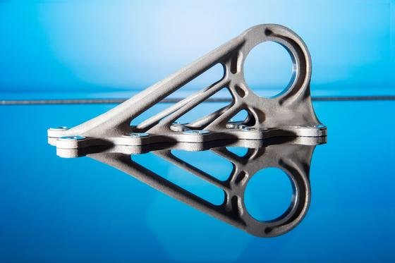 Kabinenhaken aus Titan für den Airbus A350, gefertigt im 3D-Drucker: Der Maschinenbauer Concept Laser hat ein Analysesystem entwickelt, das jedes Bauteil in Echtzeit auf Fehler untersucht. Dafür wurde das fränkische Unternehmen jetzt mit demIAMA-Award 2016 ausgezeichnet.