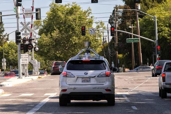 Selbst fahrender Google-Lexus vor roter Ampel: Bei den meisten Unfällen mit Google-Autos fuhren unaufmerksame Autofahrer von hinten auf. Erstmals rammte jetzt ein autonom fahrender Wagen einen Bus.