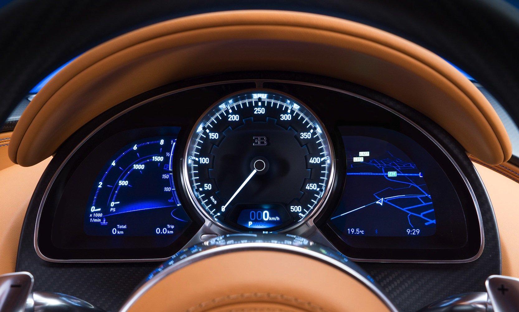 So einen Tacho gibt es in einem Serienauto nicht noch einmal: Im Bugatti Chiron reicht die Skala bis 500 km/h.