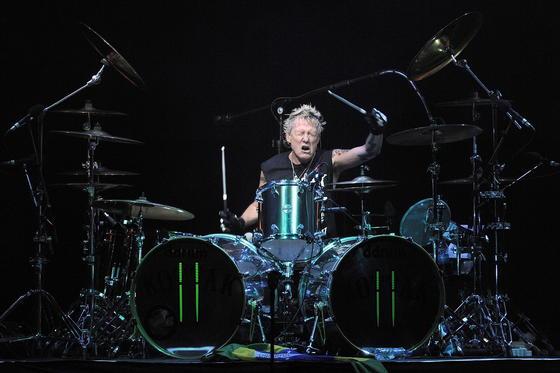James Kottak, US-Drummer der Scorpions, im Juli 2013 während eines Konzerts: Ob ein dritter Arm etwas für ihn wäre?