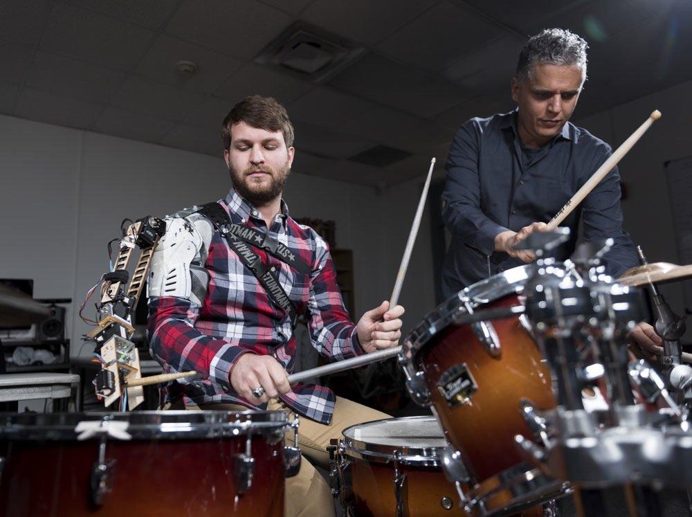 Testen den musikalischen Roboterarm: Professor Gil Weinberg (r.) und Student Tyler White.