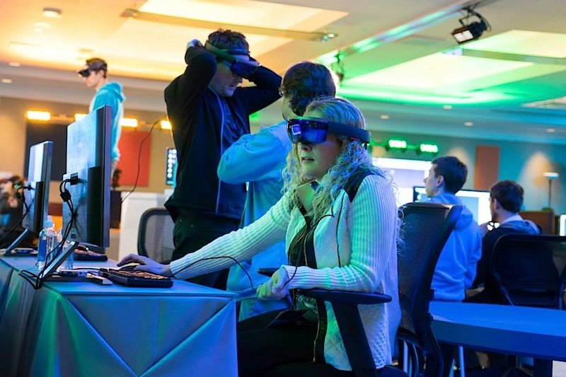 Die HoloLens 2015 auf der Build. In diesem Jahr beginnt die Entwicklerkonferenz am 30. März in San Franscisco. Und dann will Microsoft mit der Auslieferung der Datenbrille starten.