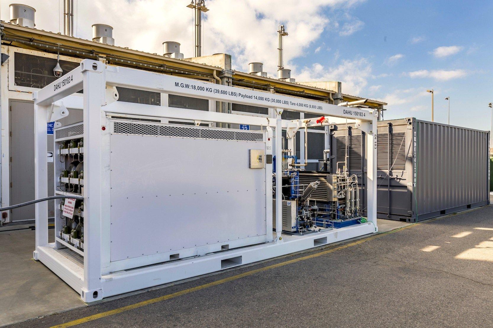 Das ist die größte kommerzielle reversible Elektrolyse-Anlage der Welt. Sie wurde von Ingenieuren des Flugzeugbauers Boeing und des Unternehmens Sunfire in Dresden entwickelt und wird jetzt bei der US Navy in Kalifornien erprobt. Links sind die Wasserstoffspeicher zu sehen, rechts die Brennstoffzelle zur Stromerzeugung.