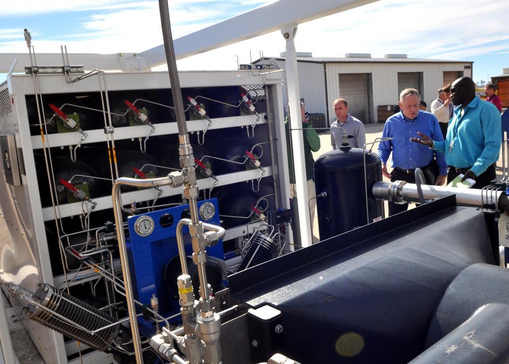Ankunft des Energiespeichers aus Dresden auf der MarinebasisPort Hueneme in Kalifornien: Die US Navy will erproben, ob mit dem Wasserstoffspeicher auch die Stromversorgung an Bord von Schiffen gesichert werden kann.