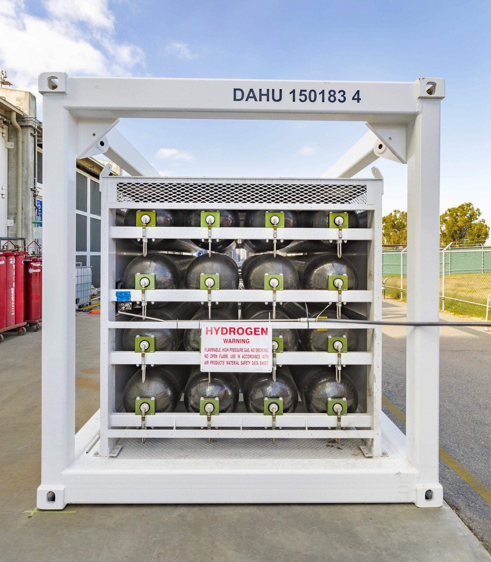 Der per Elektrolyse erzeugte Wasserstoff wird unter Hochdruck gespeichert und bei Bedarf wieder genutzt, um in einer Brennstoffzelle Strom zu erzeugen.