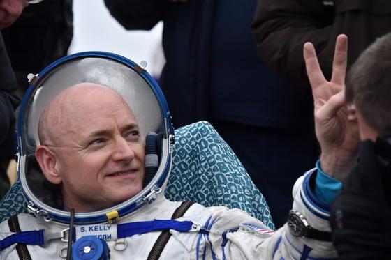 Nasa-Astronaut Scott Kelly hat fast ein ganzes Jahr am Stück im All auf der ISS verbracht. Bei seiner Rückkehr am 2. März 2016 zeigt er nach der Landung mit den Fingern das Victory-Zeichen.