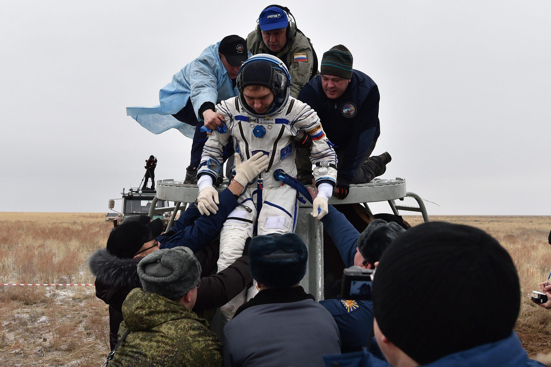 Bodenpersonal hilft dem russischen ISS-Crew-Mitglied Sergej Wolkow in Kasachstan aus der Sojus-Kapsel heraus. Er kehrte zusammen mit US-Astronaut Scott Kelly und dem Kosmonauten Michail Kornijenkoam 2. März 2016 zur Erde zurück.