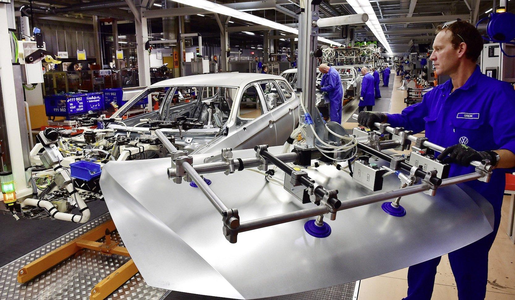 Karosseriebau für den Passat im VW-Werk Zwickau: Der Rückruf der von Manipulationen betroffenen Passat-Modelle soll in den nächsten Tagen beginnen.