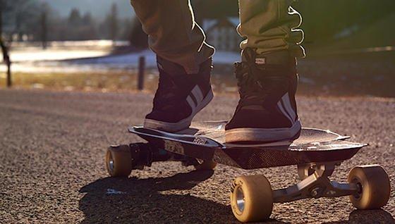 Dieses Skateboard von Revoll ist mit zwei Elektromotoren ausgestattet und schafft 50 km/h.