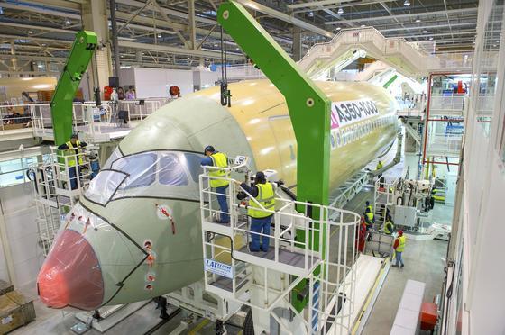 Montage eines Airbus A350 in Toulouse: Im Flugzeugbau werden viele Bauteile aus CFK eingesetzt, um Gewicht zu sparen. Ein neues Messverfahren erlaubt, diese meist überdimensionierten Teile leichter zu konstruieren.