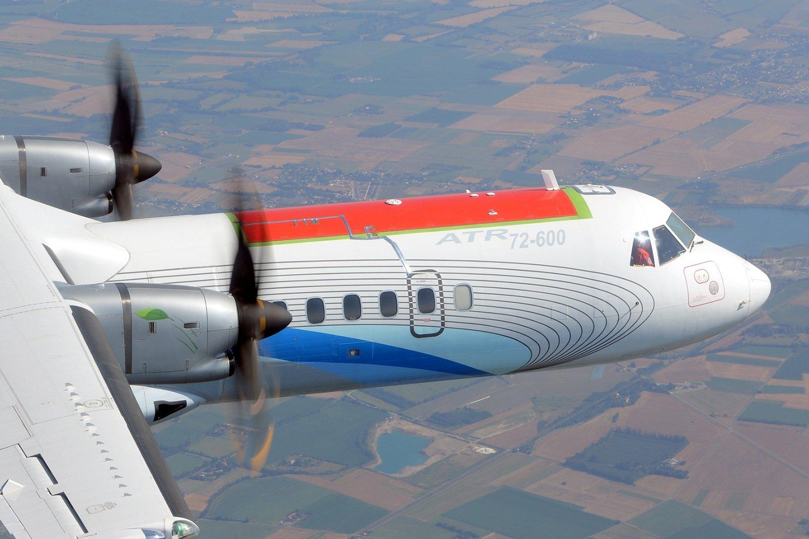 Als Testflugzeug diente den Fraunhofer-Ingenieuren dasMittelstreckenflugzeug ATR-72-600 des italienischen Herstellers Alenia.Für die Flüge wurde ein etwa 5x3 Meter langes CFK-Bauteil eingesetzt. Dieser Bereich ist eines der am stärksten belasteten Bauteile beim Flug.