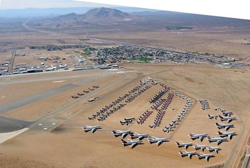 Mojave Air & Space Port: DerFlughafenin derMojave-Wüsteim US-BundesstaatKalifornien wird in derzivilen Luftfahrt überwiegend als Frachtflughafen genutzt. Darüber hinaus ist er vor allem als Stellplatz für die Zwischenlagerung von vorübergehend stillgelegten Flugzeugen bekannt. Es sind dort aber auch Unternehmen angesiedelt, die Flugzeuge zerlegen und verschrotten.
