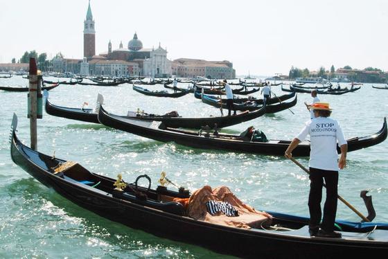 Nullemission könnnen sich auch die Gondoliere auf dem Canale Grande in Venedig auf ihre Boote schreiben. Das Foto zeigt sie 2004 bei einer Protestkundgebung gegen Motorboote. In Paris will derRekordsegler und Hydroptére-ErfinderAlain Thébault demnächst mitkleinen Elektrogondeln für Wasserwege die Luftqualität in der Großstadt verbessern.