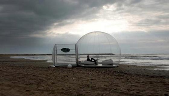 Bubble Tent am Strand: Nachts bietet es dem Besitzer ungestörten Ausblick auf die Sterne. Dabei wird er allerdings selbst zum Blickfang.