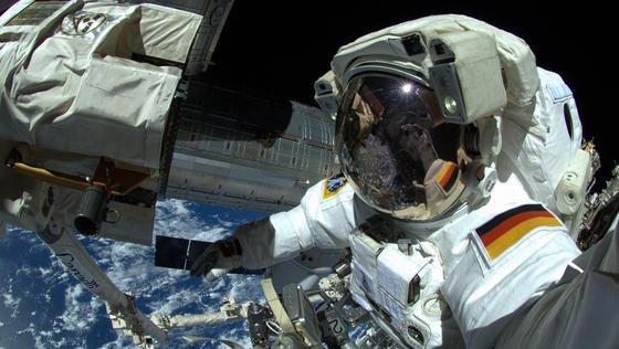 """Der deutsche Astronaut Alexander Gerst im Oktober 2014 bei Arbeiten an der Internationalen Raumstation ISS. Hält das PrivatunternehmenHE Space, was es mit seiner Kampagne """"Die Astronautin"""" verspricht, wird der zwölfte deutsche Mensch im All eine Frau sein."""