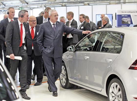 Martin Winterkorn wurde nicht nur im Mai 2014 bereits über die Abgasmanipulationen in seinem Konzern schriftlich informiert. Er war offenbar wie der gesamte VW-Vorstand auch daran beteiligt, den Skandal noch im August 2015 unter der Decke zu halten. Das legen Berichte von Süddeutscher Zeitung, WDR und NDR nahe.