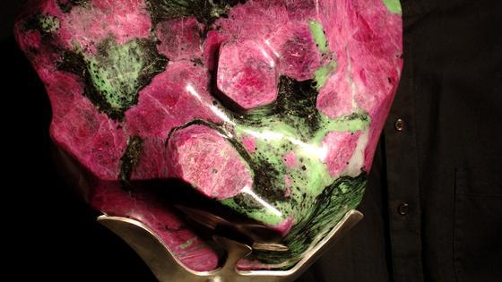 Geschliffener Rubin mit Zoesit: Ein Rubin ist die roteVarietätdesMineralsKorund.Rot wird das Mineral, wenn es geringe Mengen Chrom enthält. Nur die roten Korunde heißen Rubine.