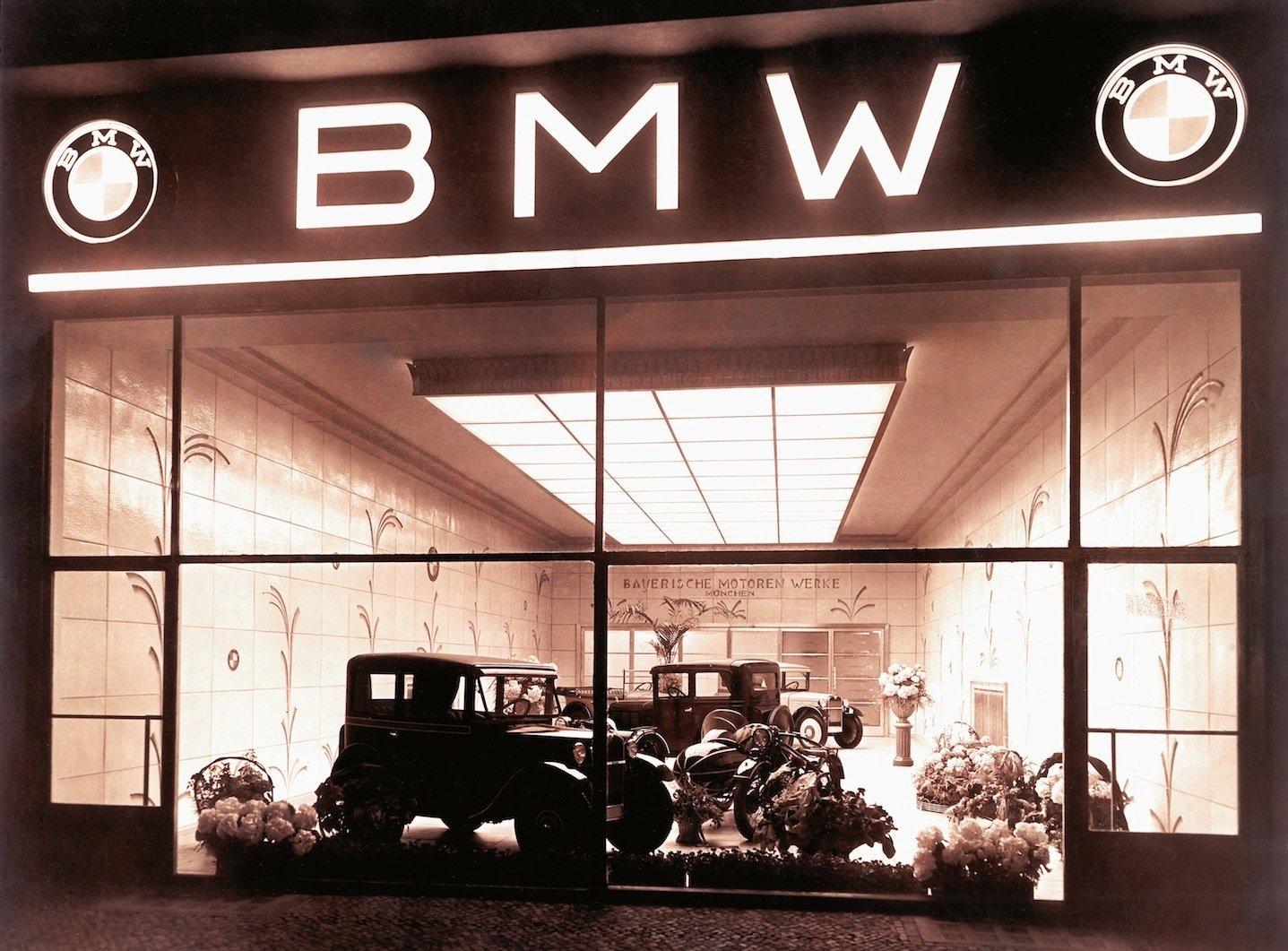 Verkaufsraum für BMW-Modelle im Jahr 1928: Damals steigt BMW, zuvor Hersteller von Flugzeugmotoren, ins Autogeschäft ein.
