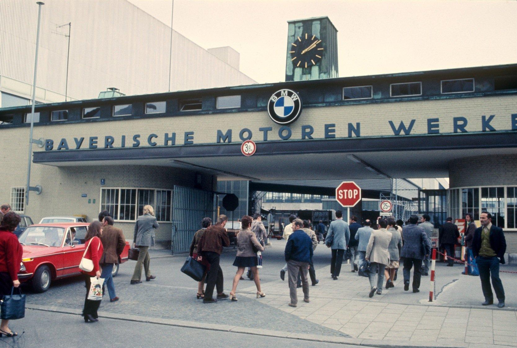 Schichtwechsel im BMW-Werk München-Milbertshofen etwa in der Zeit zwischen 1965 und 1970: BMW feiert am heutigen Montag seinen 100. Geburtstag. Angefangen hat das Unternehmen in München als Hersteller von Flugzeugmotoren.