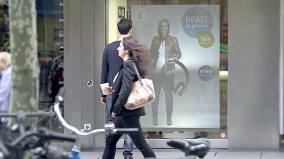 Digitaler Lockvogel: Die interaktive Verkäuferin soll Passanten ins Geschäft locken. Außerhalb der Öffnungszeiten nimmt sie auch Bestellungen entgegen.