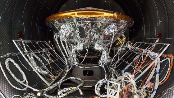 Schiaparelli ist das Herzstück der ExoMars-Mission. Das 600 kg schwere Landemodul wird nach sieben Monaten Flugzeug auf dem Mars landen und nach Leben suchen.