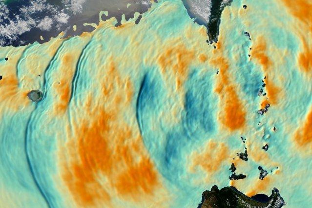 Riesige Wellenbewegungen bis in einer Tiefe von 200 m im südchinesischen Meer, aufgenommen von einem Satelliten. Die orange eingefärbten Schichten bewegen sich aufwärts, die blauen abwärts.