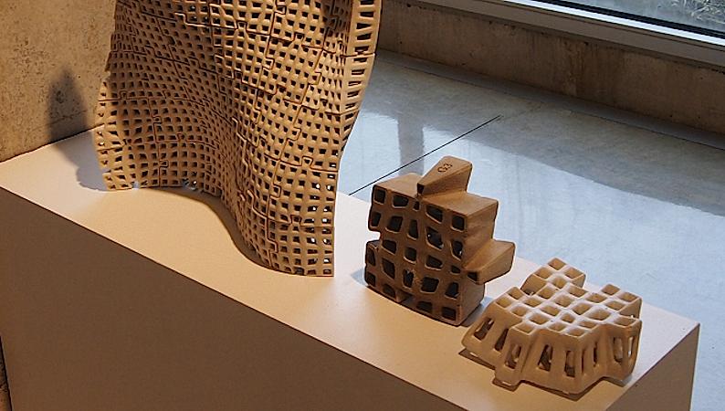 Der 3D-Drucker druckt die Ziegel mit einer Tonmischung. Durch die Gitterstruktur sind sie nicht nur leicht, sondern auch besonders stabil. Vor Ort lassen sie sich ohne Mörtel zusammenstecken.