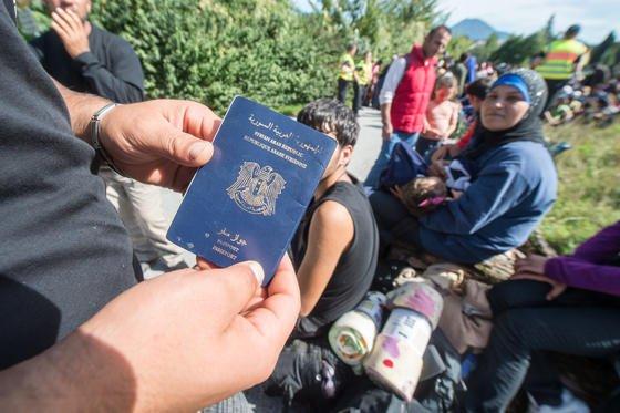 Pass eines syrischen Flüchtlings: Reisepässe aus Ländern wie Syrien, Irak und Afghanistan erlauben nur in wenigen Ländern die visafreie Einreise. Der deutsche Reisepass bietet dagegen die weltweit größte Reisefreiheit, noch vor dem Pass der USA.