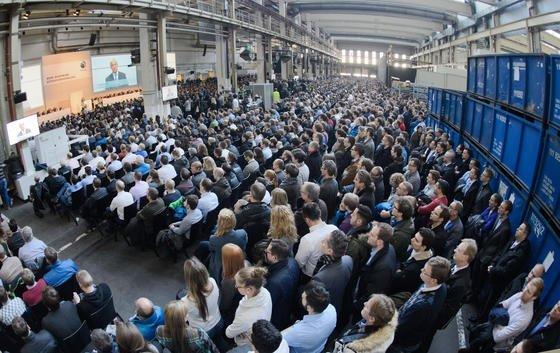 Betriebsversammlung im Wolfsburger VW-Werk am gestrigen Dienstag: Vorstandschef Matthias Müller wollte die Mitarbeiter einschwören – doch am gleichen Tag gab es viele neue Hiobsbotschaften.