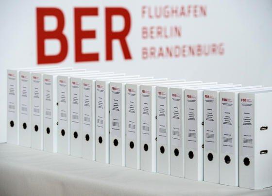 Aktenordner mit Nachträgen zum Bauantrag der Entrauchung: Sie stehen auf einem Pressetermin am 15. Oktober 2015 im Terminalgebäude des Hauptstadflughafens Berlin Brandenburg Willy Brandt (BER). Die zuständige Behörde will den Antrag so nicht genehmigen und fordert Nachbesserungen.