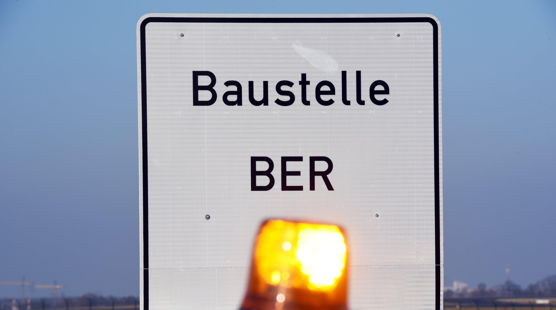 Er ist und bleibt eine Baustelle: Der Berliner Flughafen BER sollte eigentlich schon 2011 eröffnet werden. Letzter offiziell benannter Termin für die Inbetriebnahme war Ende 2017. Doch aktuell sieht es so aus, als müsste auf 2018 verschoben werden.