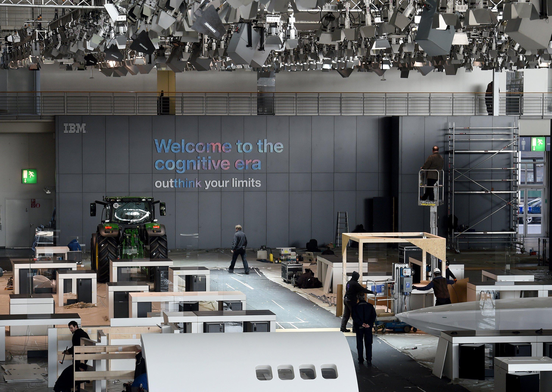 Die Vorbereitungen für die Cebit 2016 laufen auf Hochtouren. Hier wird ein Messestand in der Halle 2 aufgebaut.