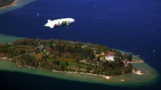 Am Bodensee ein häufiger Anblick: Der moderne Zeppelin NT fliegt dort gemütlich in rund 300 m Höhe Leute spazieren.
