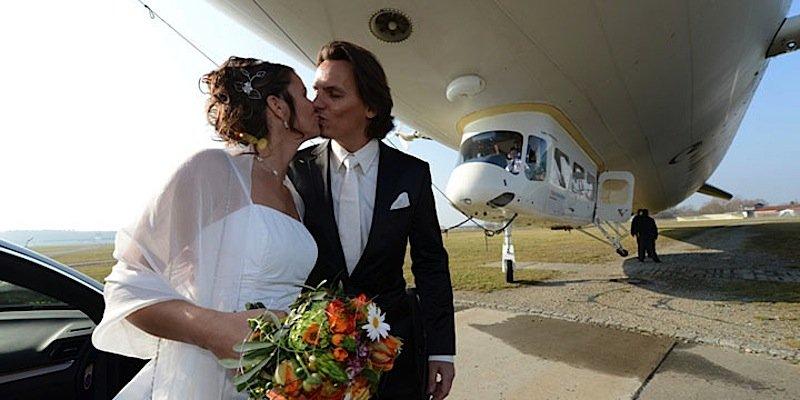 Im Zeppelin NT kann sogar geheiratet werden. Allerdings nur während das Luftschiff auf dem Boden (der Tatsachen) steht. Geflogen wird vor oder nach dem Jawort.