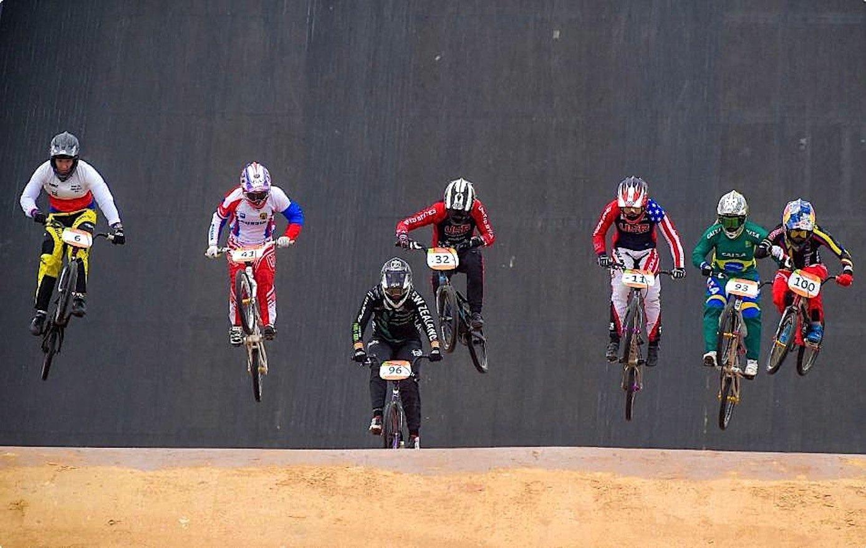 BMX-Fahrer bei einem Vorbereitungsrennen auf der Olympia-Strecke in Rio:Die Rekordauflösung 8K (7680x4320 Pixel) macht kleinste Details sichtbar. Doch entsprechende Fernseher kosten weit über 100.000 €.