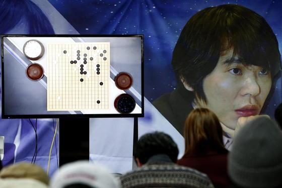 Ein historisches Match: Go-Weltmeister Lee Sedol tritt bei dem hoch komplexen strategischen Brettspiel gegen die Software AlphaGo an. Und verliert überraschend die ersten beiden Runden.