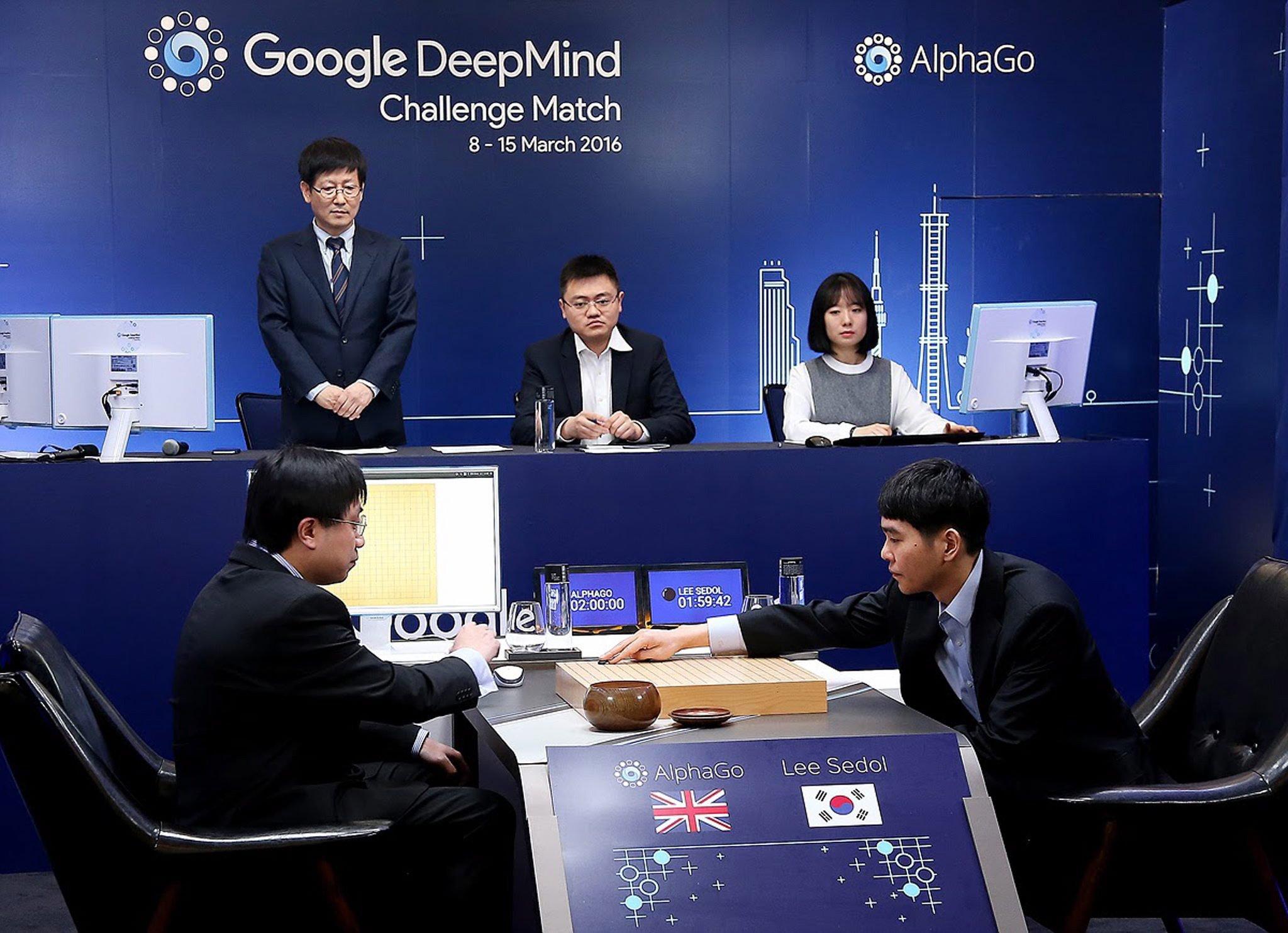 Da wähnte sich der weltbeste Go-Spieler Lee Sedol (re.) noch unbesiegbar. Das Foto zeigt den ersten Zug auf dem Brett bei seinem Duell gegen die von Google entwickelte Software AlphaGo.