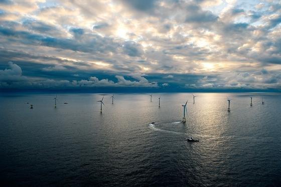 Sturm zieht auf: Offshore-Windkraftanlagen sind enormen Kräften von Wind und Wellen ausgesetzt. Deshalb müssen die Schweißnähte häufig überprüft werden. Das geschieht unter Wasser sehr aufwendig durch Taucher. Jetzt haben Fraunhofer-Forscher einen Roboter und ein Sensorsystem entwickelt, das diese Aufgabe übernehmen könnte.