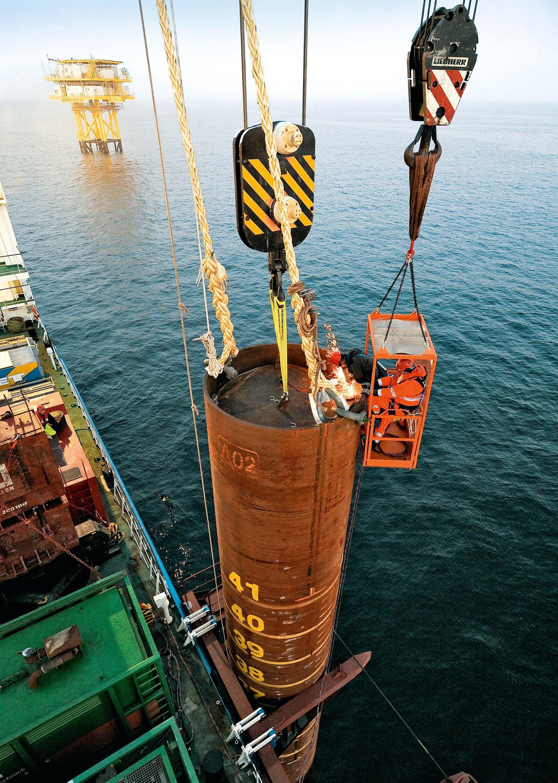 Für die Fundamente von Offshore-Anlagen werden jeweils drei verschweißte Stahlrohre zu einem Tripod zusammengesetzt und auf dem Meeresboden verankert. Darauf steht dann die eigentliche Windkraftanlage. Im Bild wird eines der Stahlrohre eines Tripods im Meer versenkt. Diese Rohre sind konventionell verschweißt und unter Wasser den Belastungen des Salzwassers ausgesetzt.
