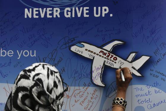 Zwei Jahre nach dem rätselhaften Verschwinden einer Boeing 777-220 der Malaysia Airlines hat die UN-Flugorganisation ICAO neue Regeln für Passagierflugzeuge beschlossen.<strong></strong>Sie sollen technisch so ausgerüstet werden, dass sich derSuchbereich nach einem Absturz soll auf 11 km eingegrenzen lässt.