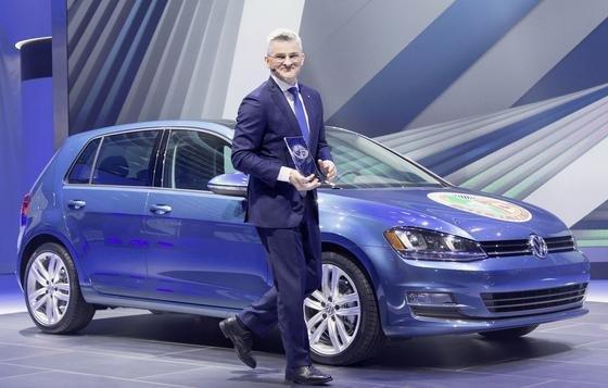 """Im Januar 2015 freute sich der damalige Chef der amerikanischen VW-Tochter, Michael Horn, über den Titel """"Car of the Year"""" für den VW Golf. Zur gleichen Zeit wurde die Schummelsoftware per Update noch verbessert. Wusste Horn davon nichts? Am Mittwoch trat Horn aus noch unbekannten Gründen zurück."""