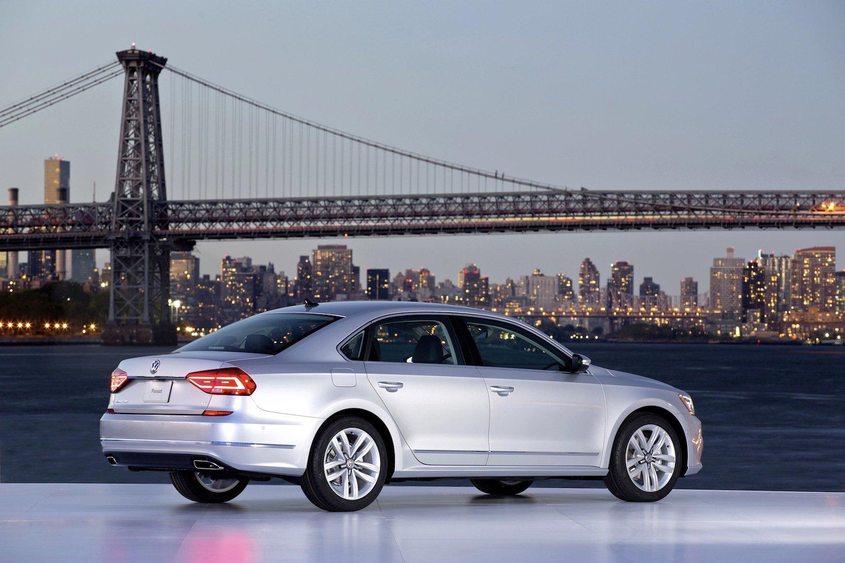 US-Version des VW Passat vor der Skyline von New York: Als Folge des Diesel-Skandals könnten jetzt 3000 Stellen in der Verwaltung des VW-Konzerns wegfallen.
