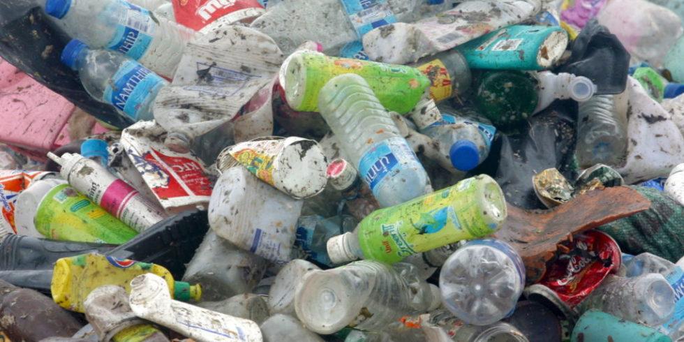 PET-Fraschen auf einer Müllhalde in Thailand: Aus PET lassen sich durch Bakterienwertvollen Rohstoffe wie Ethylenglykol und Terephthalsäure gewinnen.