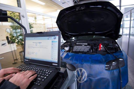 Diagnose-PC überprüft einen VW Passat:VW soll in den USA Beweismittel vernichtet und einen Angestellten vor die Tür gesetzt haben, der dies verhindern wollte.